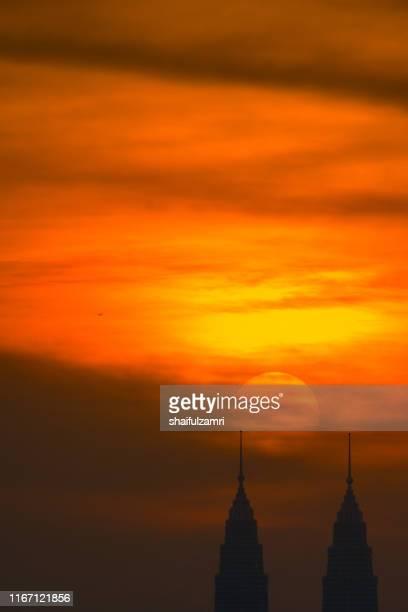 cloudy sunset view over down town kuala lumpur, malaysia. - shaifulzamri photos et images de collection