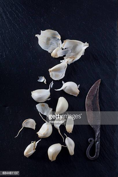 cloves of garlic with old knife - garlic clove imagens e fotografias de stock