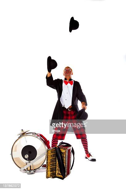Clown est jongler avec les bonnets