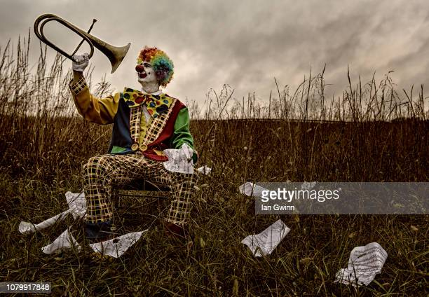 clown looking at bugle_1 - ian gwinn stock pictures, royalty-free photos & images