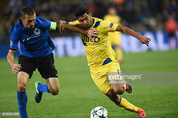 Club Brugge's midfielder Timmy Simons vies with Porto's mexican forward Jesus Corona during the UEFA Champions League groug G football match Club...