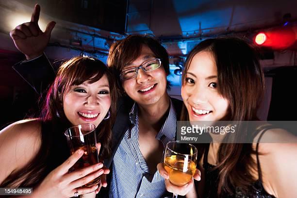クラブパーティ日本の若い女の子と男の子に、東京のナイトクラブ