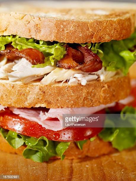 Sándwich en una tabla de cortar