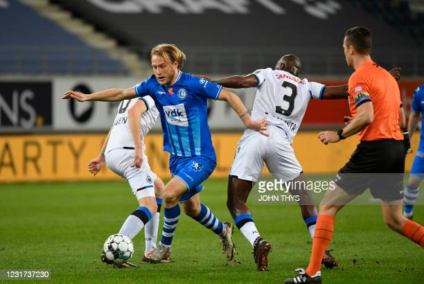 Club's Eder Balanta and Gent's Roman Bezus fight for the ball during a soccer match between Club Brugge KV and KAA Gent, Monday 15 March 2021 in...