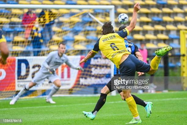 Club's Federico Ricca and Union's Casper Nielsen fight for the ball during a soccer match between Royal Union Saint-Gilloise and Club Brugge, Sunday...