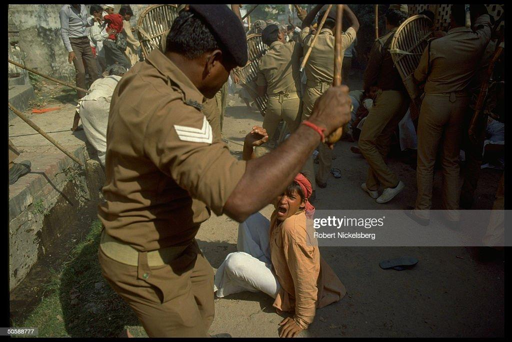 Club-wielding riot police battling rampa : News Photo