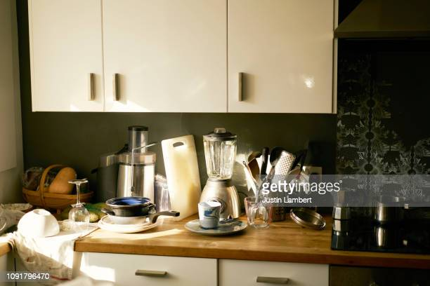 cluttered worktop in kitchen while moving house - cuisine non professionnelle photos et images de collection