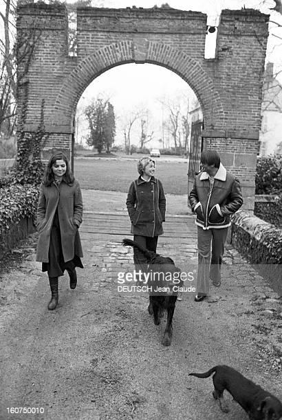 Cnpf Bosses Paris 13 et 14 Janvier 1975 Reportage sur les femmes du CNPF Francine GOMEZ PDG de WATERMAN vêtue d'un manteau se promène en compagnie de...