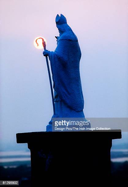 co mayo, croagh patrick pilgrimage, statue of st. patrick, ireland - saint patrick stock pictures, royalty-free photos & images