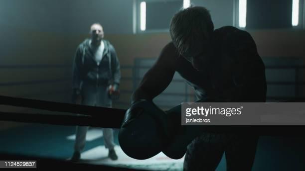 entraîneur et boxeur épuisé - blonde forte poitrine photos et images de collection