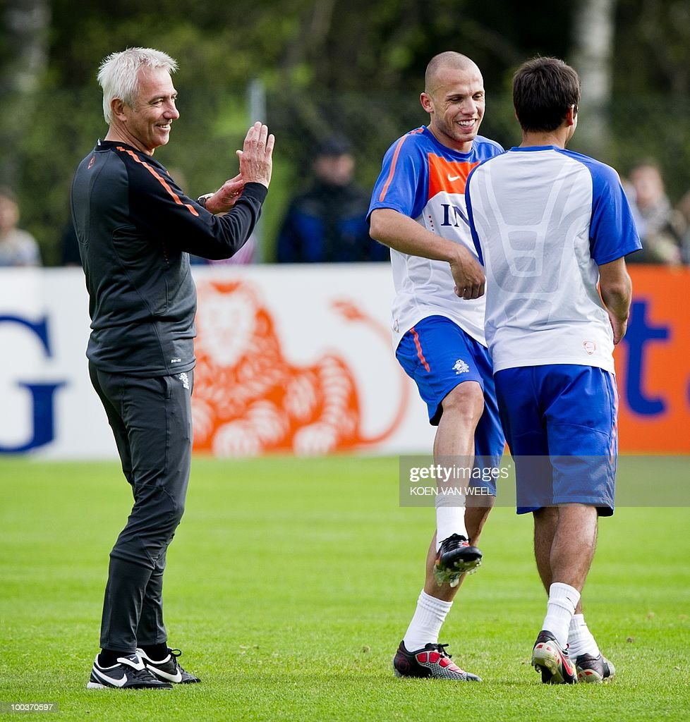 Coach Bert van Marwijk (L) and players John Heitinga (M) and Giovanni van Bronckhorst (R) of the Dutch national soccer team during a training session in Seefeld in Austria on Monday May 24, 2010. The Dutch team is preparing for the FIFA World Cup in South-Africa. AFP PHOTO/ANP/KOEN VAN WEEL -netherlands out - belgium out-