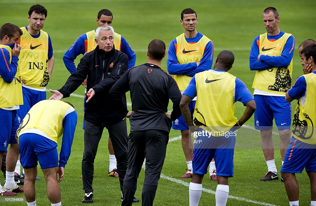 Coach Bert van Marwijk (C) gives instructions during a training saession of the Dutch national team in Seefeld Austria, on May 29, 2010. The team prepares itself for the coming World Championships football in South Africa. AFP PHOTO/ANP/KOEN VAN WEEL -netherlands out - belgium out-