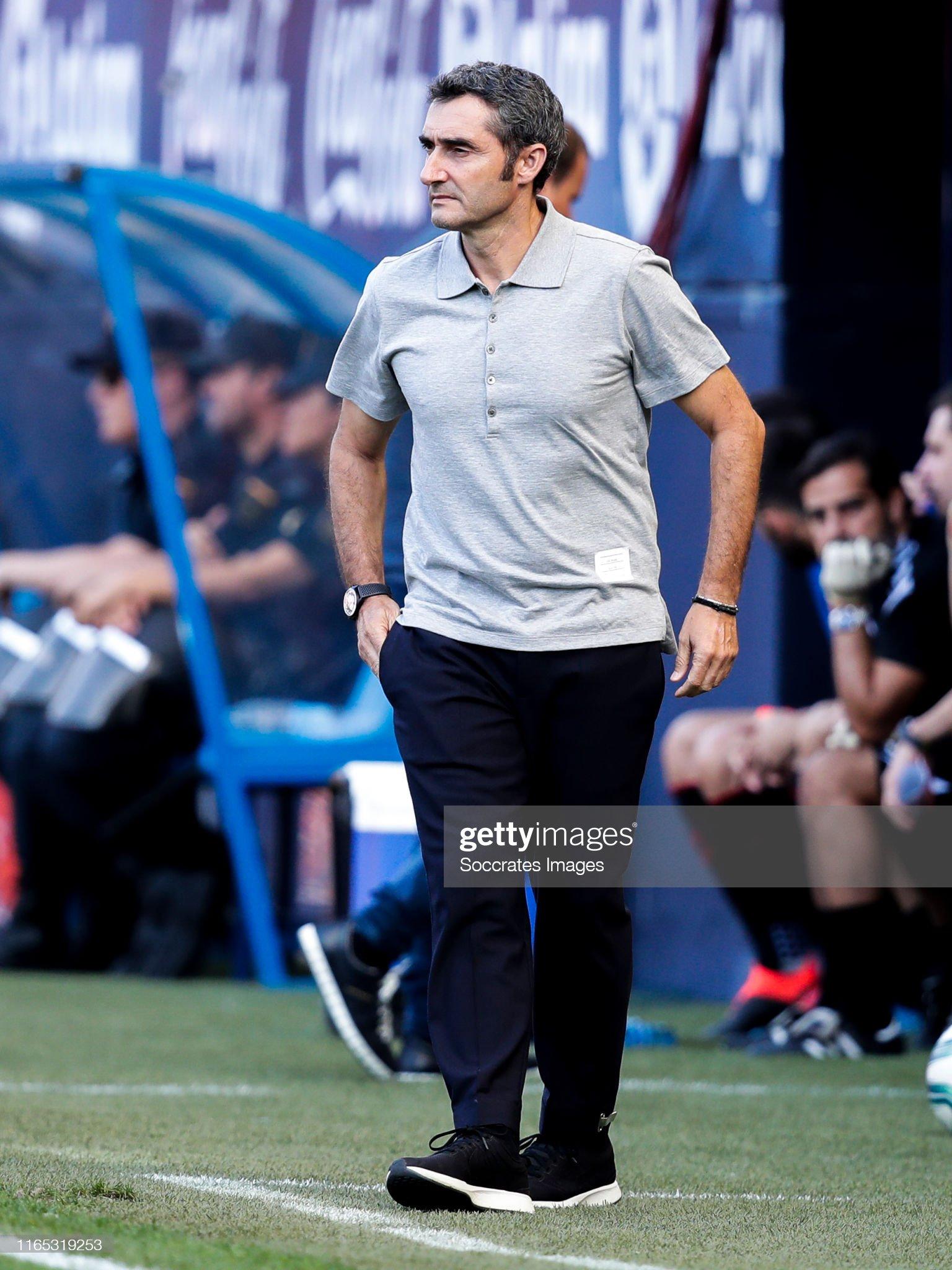 صور مباراة : أوساسونا - برشلونة 2-2 ( 31-08-2019 )  Coach-ernesto-valverde-of-fc-barcelona-during-the-la-liga-santander-picture-id1165319253?s=2048x2048