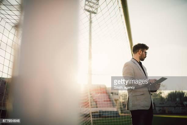 treinador, examinando o jogo - atleta - fotografias e filmes do acervo