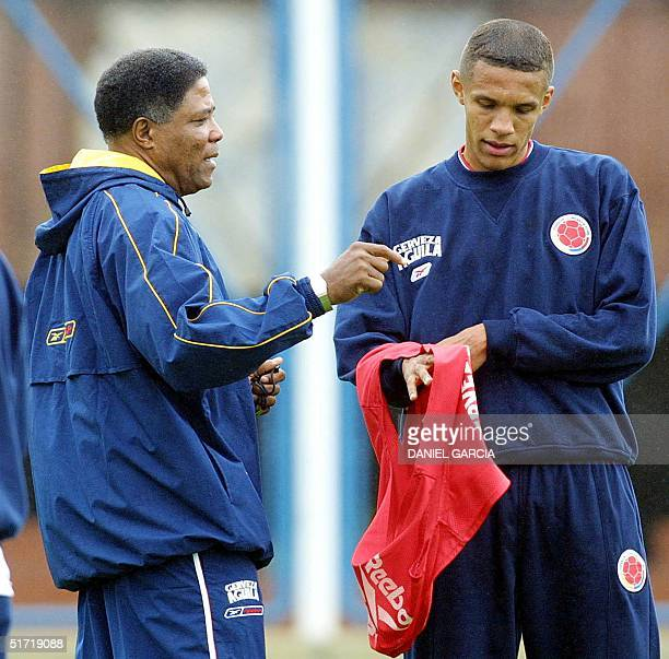 Coach Francisco Maturana gives instructions to Jorge Serna of the Colombian soccer team 02 Ocober 2001 in Buenos Aires Argentina AFP PHOTO/Daniel...