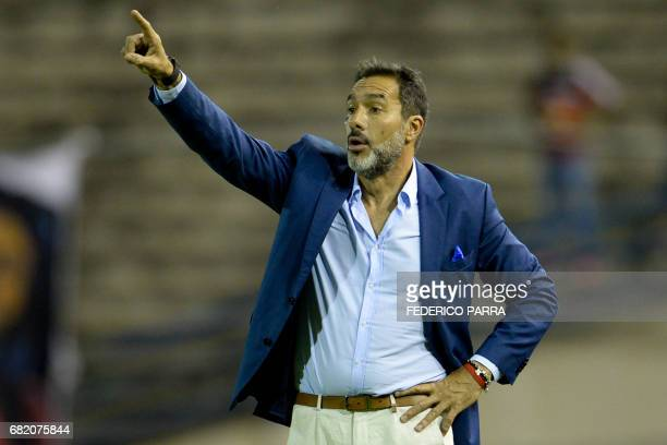 Coach Gustavo Matosas of Paraguay's Cerro Porteno gives instructions to his players during their Copa Sudamericana 2017 football match against...