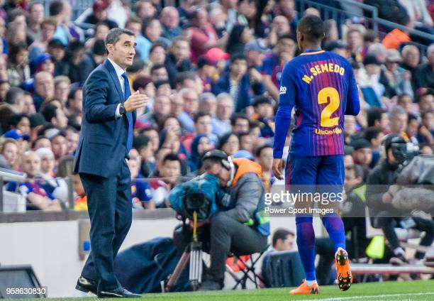 Coach Luis Ernesto Valverde Tejedor of FC Barcelona gives instruction to Nelson Cabral Semedo of FC Barcelona during the La Liga 201718 match between...