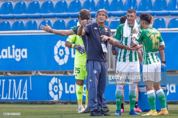 coach Manuel Pellegrini of Real Betis Rodriguez of Real Betis Alex Moreno of Real Betis during the La Liga Santander match between Deportivo Alaves v...