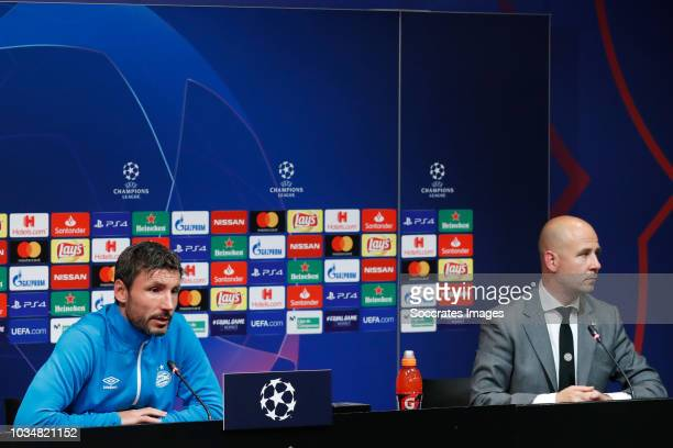 coach Mark van Bommel of PSV Thijs Slegers during the Training PSV at the Camp Nou on September 17 2018 in Barcelona Spain