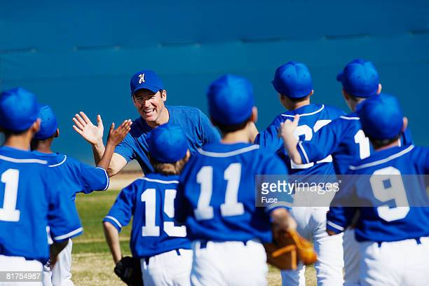 coach motivating little league team - baseball team stock pictures, royalty-free photos & images