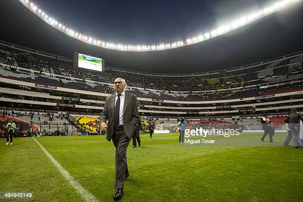 Coach of Boca Juniors Carlos Bianchi goes to the sideline before a friendly match between Boca Juniors and River Plate at Azteca Stadium on May 31...