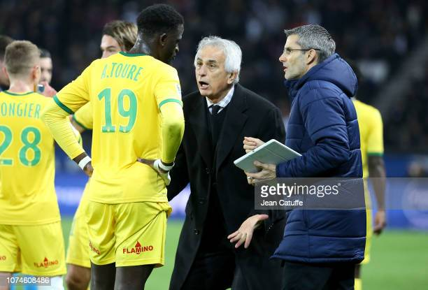 Coach of FC Nantes Vahid Halilhodzic talks to Abdoulaye Toure during the french Ligue 1 match between Paris Saint-Germain and FC Nantes at Parc des...