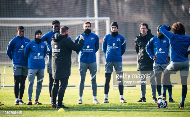 Coach Pal Dardai of Hertha BSC gives instructions during the training session at Schenckendorffplatz on January 26, 2021 in Berlin, Germany.