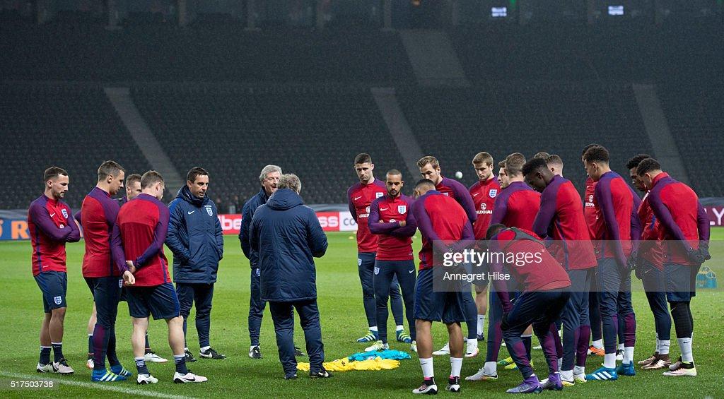 England - Training & Press Conference : News Photo