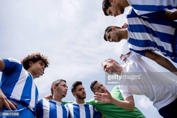 Trainer im Gespräch mit einer Gruppe von Fußballspielern
