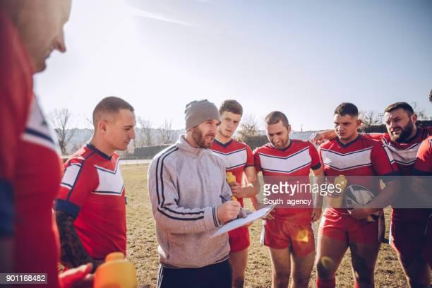 entraîneur de parler à un groupe de joueurs de rugby - s'entraîner photos et images de collection