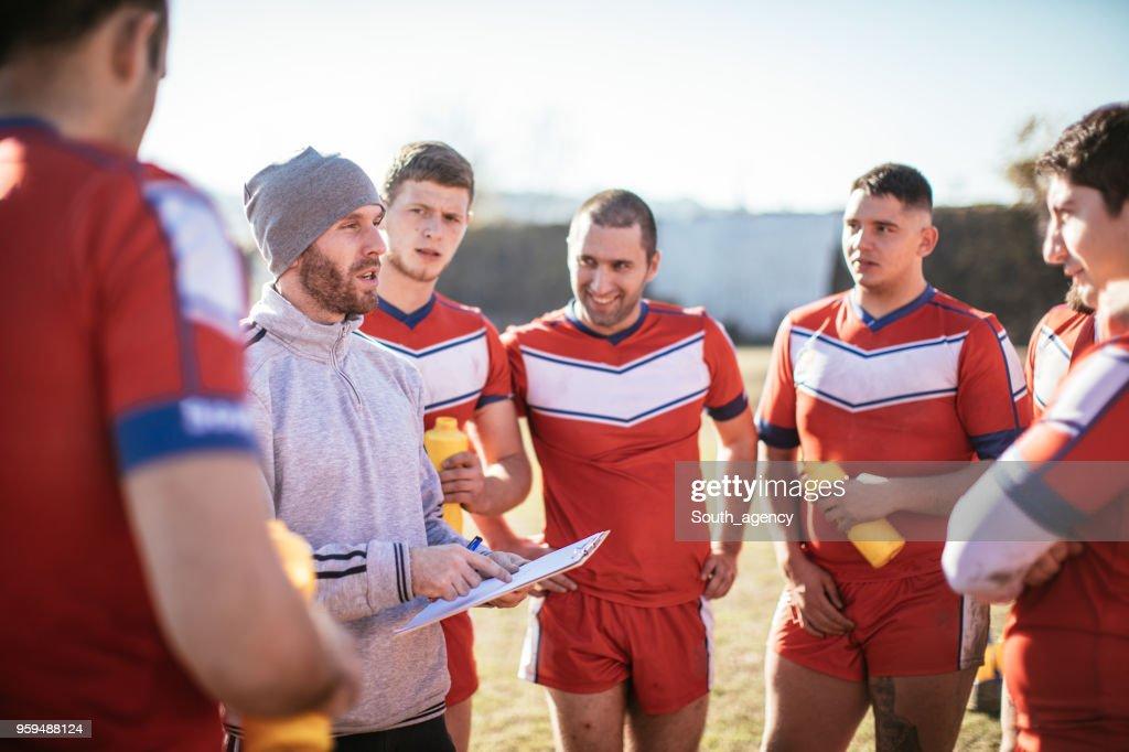 Trainer im Gespräch mit Rugby-Spieler : Stock-Foto