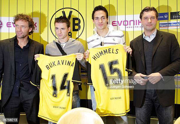 Coach Thomas Doll of Borussia Dortmund stands close to new defenders Antonio Rukavina and Mats Hummels at a news conference on January 4 2008 in...