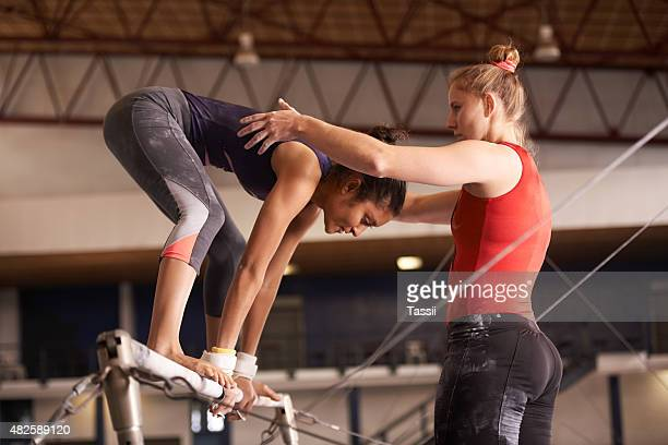 coaching avant la concurrence - gymnastique sportive photos et images de collection