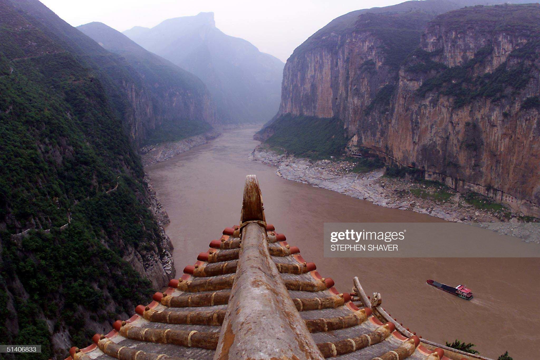 A coal barge enters the Qutang Gorge 11 June 1999, : News Photo