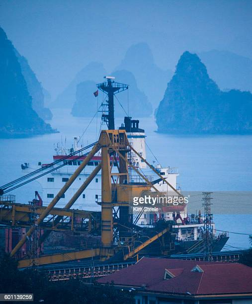 coal loading to china in cha ong, ha long bay - cha in ha stock pictures, royalty-free photos & images