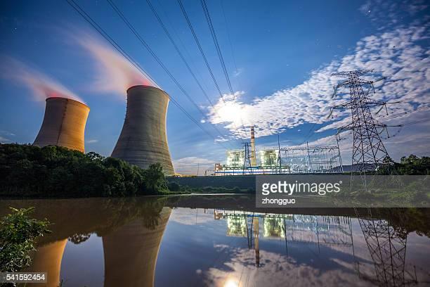 Central eléctrica a carbón al río
