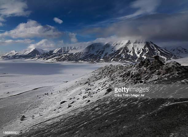 coal stained snow - erika de la vega fotografías e imágenes de stock