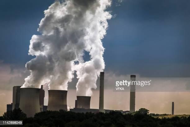 蒸発水を示す冷却塔を備えた石炭火力発電所 - 火力発電所 ストックフォトと画像