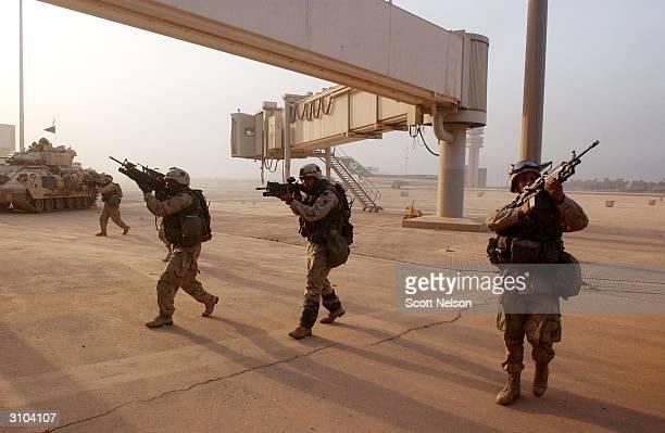 coalition forces advance into baghdad - guerre irak char homme photos et images de collection