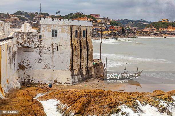 coast edging wing of cape coast castle - merten snijders stock-fotos und bilder
