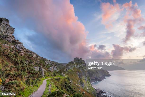 coast path at sunset, valley of rocks, lynton, exmoor national park, devon, uk - exmoor national park - fotografias e filmes do acervo