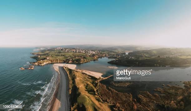 paisaje costero en oyambre, cantabria, españa - cantabria fotografías e imágenes de stock