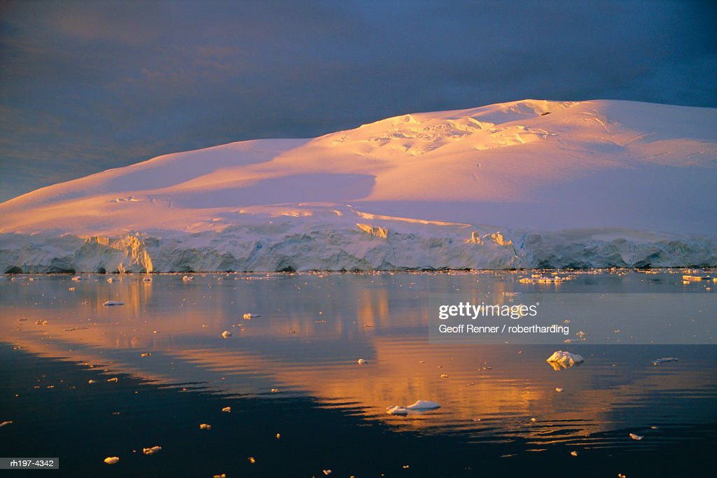Coastal landscape lit by the midnight sun, Antarctic Peninsula, Antarctica : Foto de stock