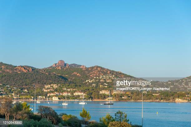 coastal landscape with the mountains massif de l'esterel, agay, var, provence-alpes-cote d'azur, france - var stock-fotos und bilder