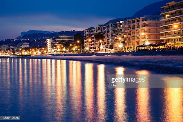 Vue sur le littoral de Menton au crépuscule, sur la Côte d'Azur, la Riviera française