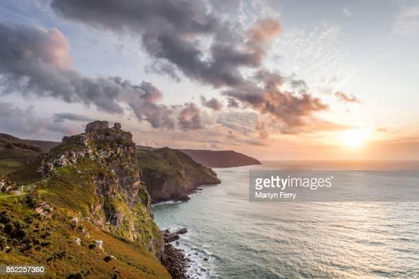 coastline sunset, valley of rocks, lynton, exmoor national park, devon, uk - exmoor national park - fotografias e filmes do acervo