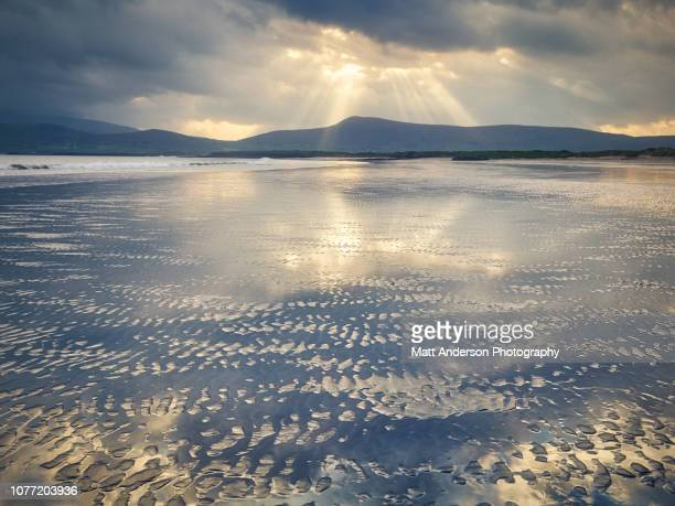 coasts of ireland #23 - godrays over smerwick harbor sunrise - 持続可能な開発目標 ストックフォトと画像