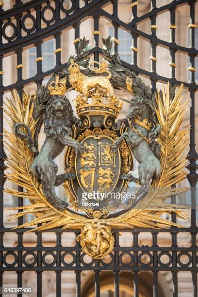 coat of arms of the queen and united kingdom, europe - buckingham palace crest stock pictures, royalty-free photos & images