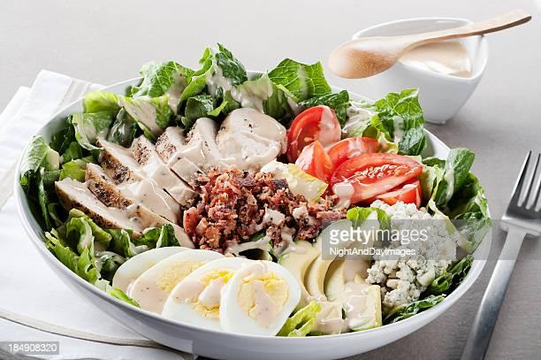 cobb salad - blauwschimmelkaas stockfoto's en -beelden