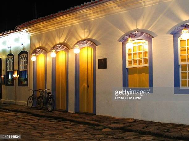 cobble stone street - preto stock pictures, royalty-free photos & images